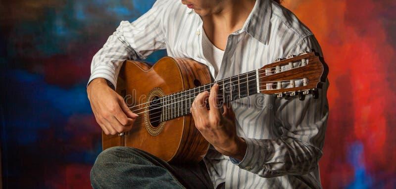 Zamyka up osoba bawić się gitarę akustyczną obraz stock