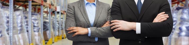 Zamyka up partnery biznesowi przy magazynem zdjęcia stock