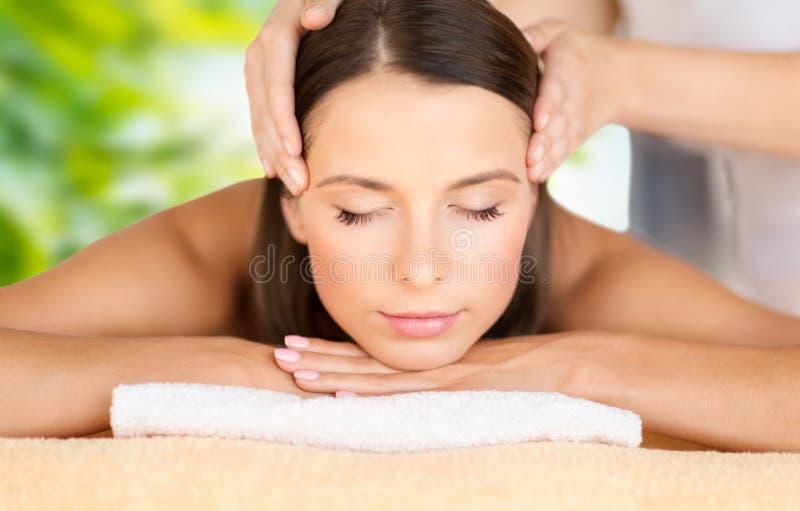 Zamyka up piękna kobieta ma twarz masaż zdjęcie royalty free
