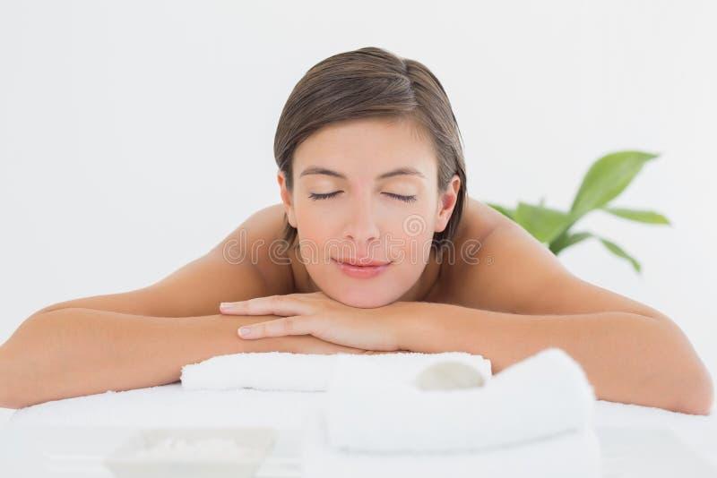 Zamyka up piękna kobieta na masażu stole obraz stock