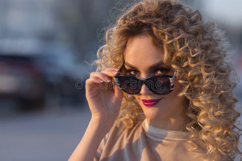 Zamyka up piękna młoda blondynki kobieta obraz royalty free