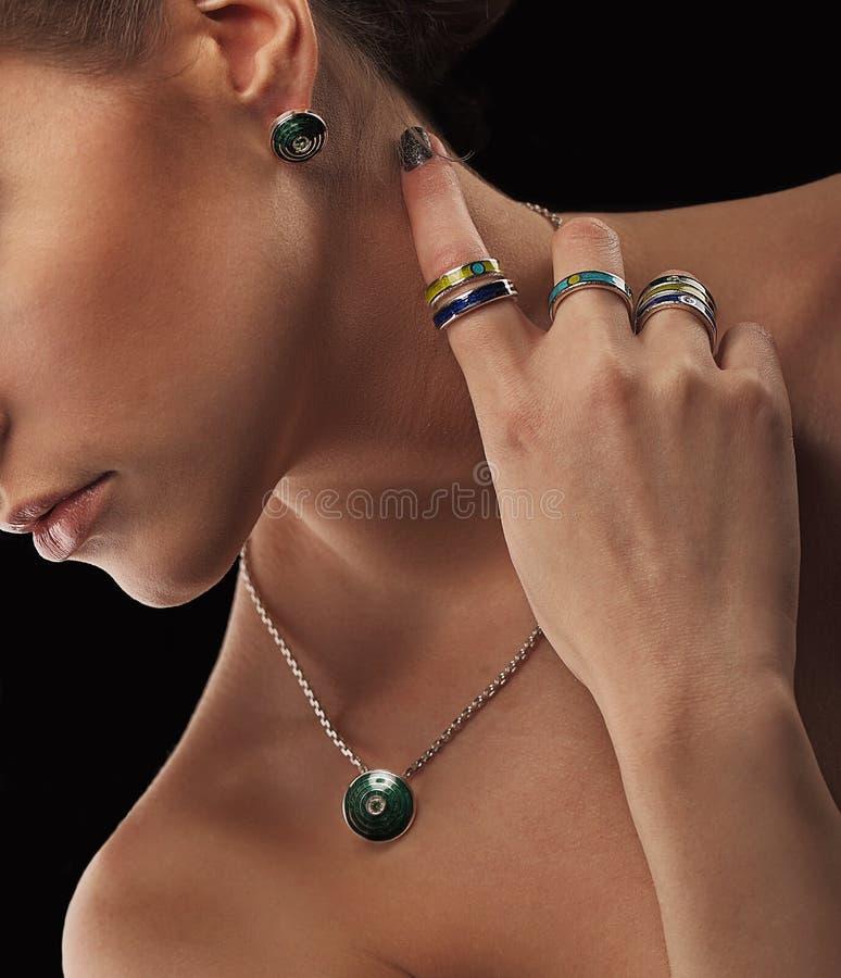 Zamyka up piękna młoda kobieta jest ubranym kolorową luksusową biżuterię z perfect makeup i skóra beztwarzowy obrazy royalty free