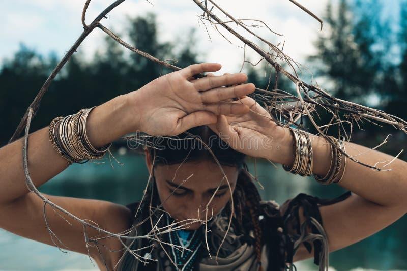 Zamyka up piękna młoda kobieta outdoors czarownicy rzemiosła pojęcie zdjęcie royalty free
