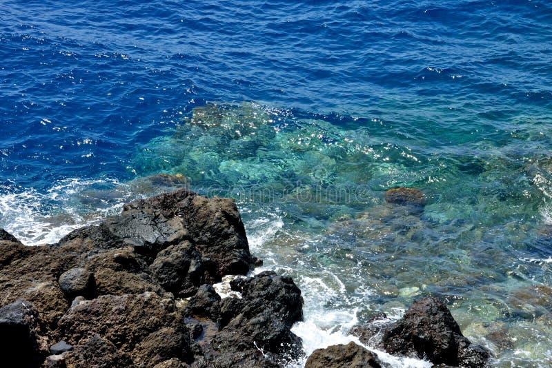 Zamyka up piękny błękitny morze z skałami obrazy royalty free