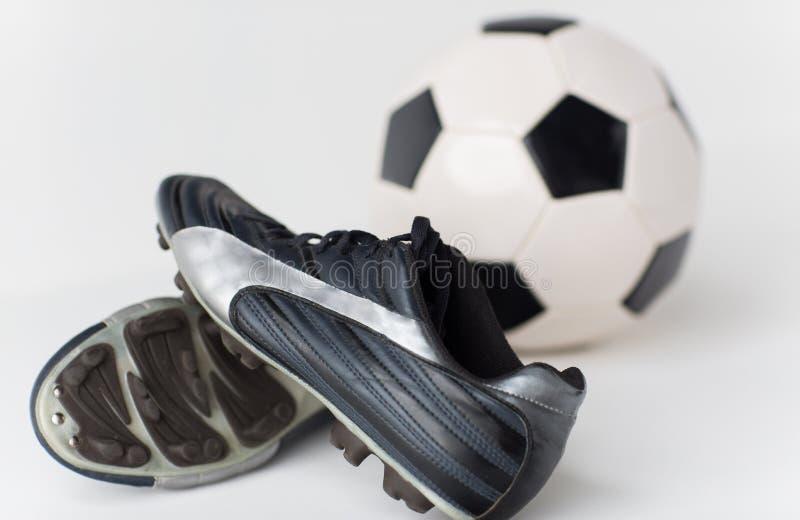 Zamyka up piłka nożna futbolu i piłki buty zdjęcia stock