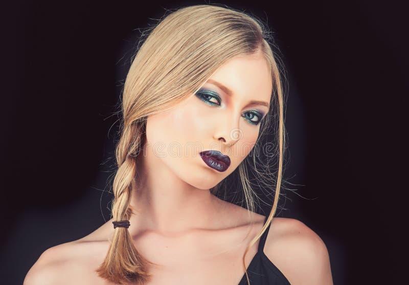 Zamyka up pi?kna kobieta z silnym ciemnym makeup i purpurowymi wargami Fachowa nowo?ytna elegancka modna fryzura obrazy royalty free