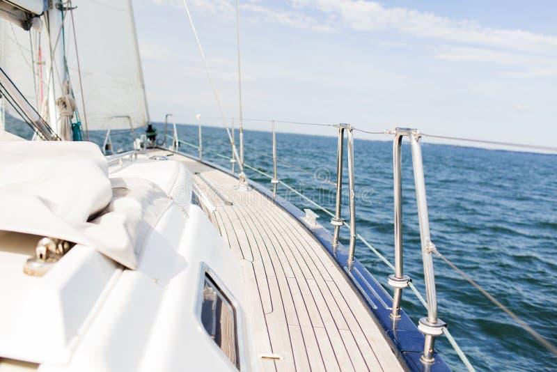 Zamyka up pokład i morze żaglówki lub żeglowanie jachtu zdjęcie stock