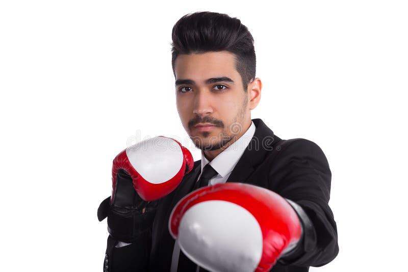 Zamyka up pomyślny biznesmen w czarnym kostiumu i czerwonych bokserskich rękawiczkach obraz royalty free