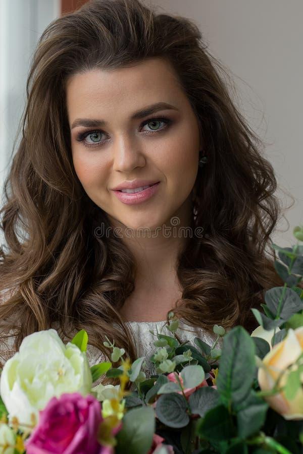 zamyka up portret atrakcyjna kobieta z modnym świeżym bukietem róże Dama z kwiecistym składem kwiaciarka szczęśliwa zdjęcia stock