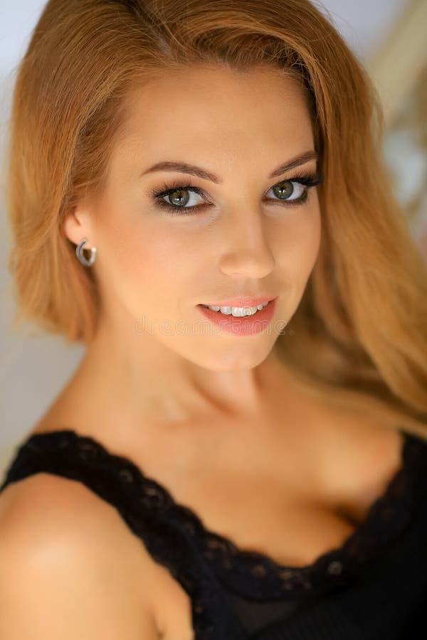 Zamyka up portret dziewczyny młody seksowny blond ono uśmiecha się fotografia stock