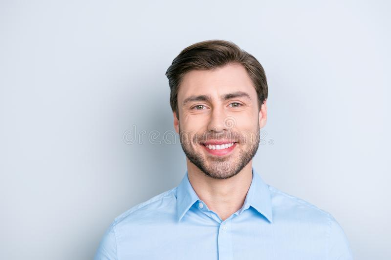 Zamyka up promieniejącego uśmiechu brodaty mężczyzna patrzeje kamerę podczas gdy st obraz royalty free