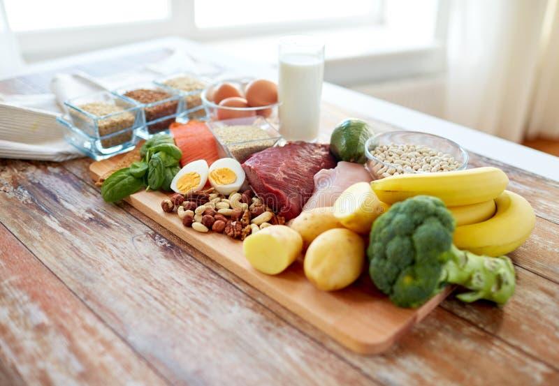 Zamyka up różni produkty spożywczy na stole fotografia stock