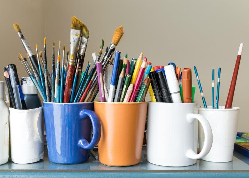 Zamyka up różni używać farb muśnięcia, zapraweni barwioni ołówki, pióra i markiery, fotografia stock