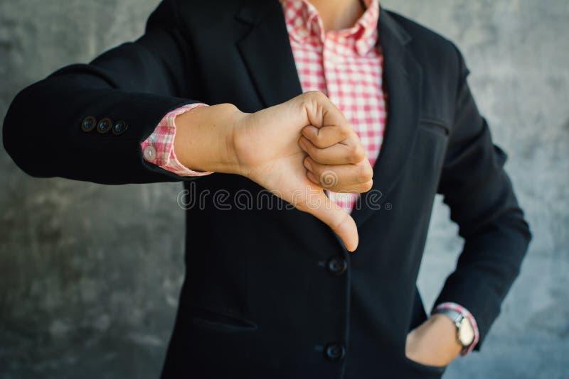 Zamyka up ręka bizneswomanu kciuka puszek fotografia stock