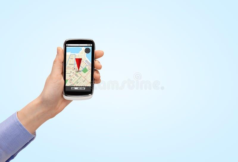 Zamyka up ręka z smartphone gps nawigatora mapą zdjęcia stock