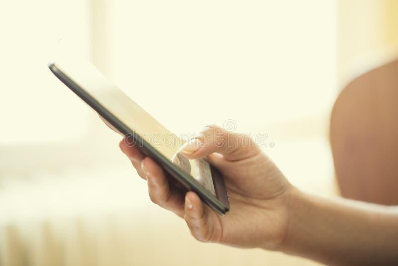 Zamyka up ręki kobieta używa mobilnego mądrze telefon zdjęcia royalty free