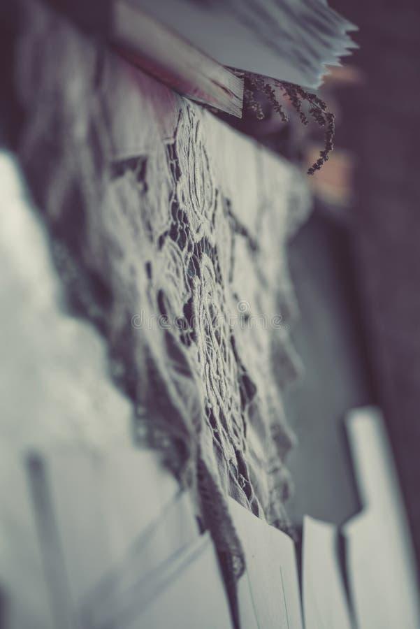 Zamyka up rocznika koronkowy doily na starym pianinie zdjęcia stock