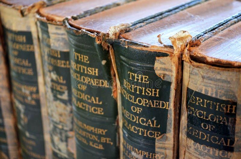 Zamyka up rocznika odniesienie medyczne książki obraz stock