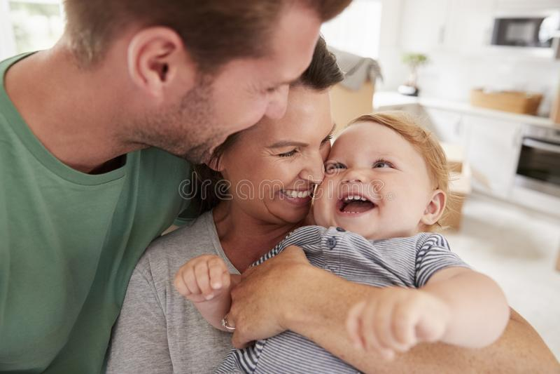 Zamyka Up rodzice Ściska Szczęśliwego dziecko syna W Domu zdjęcie royalty free