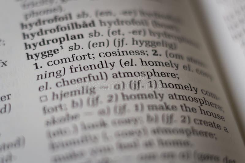 Zamyka up słownik z Duńskim słowa hygge tłumaczącym angielszczyzny obraz stock