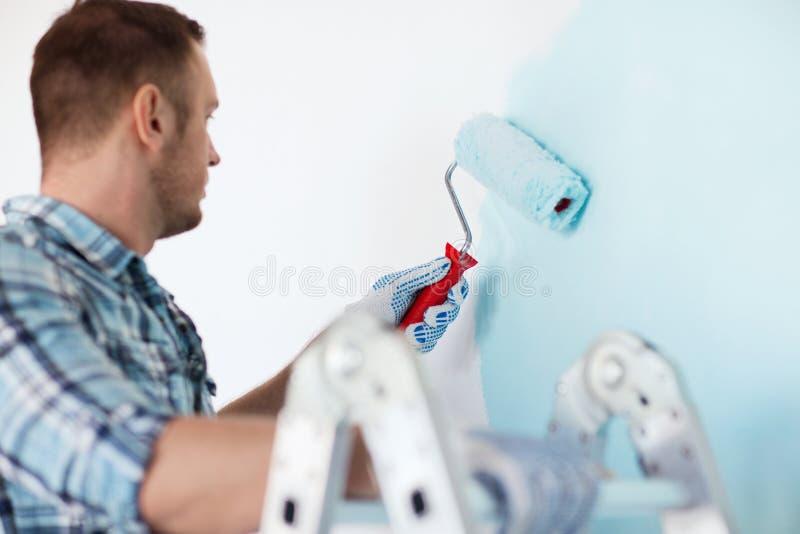 Zamyka up samiec trzyma obraz rolkowy w rękawiczkach zdjęcie stock