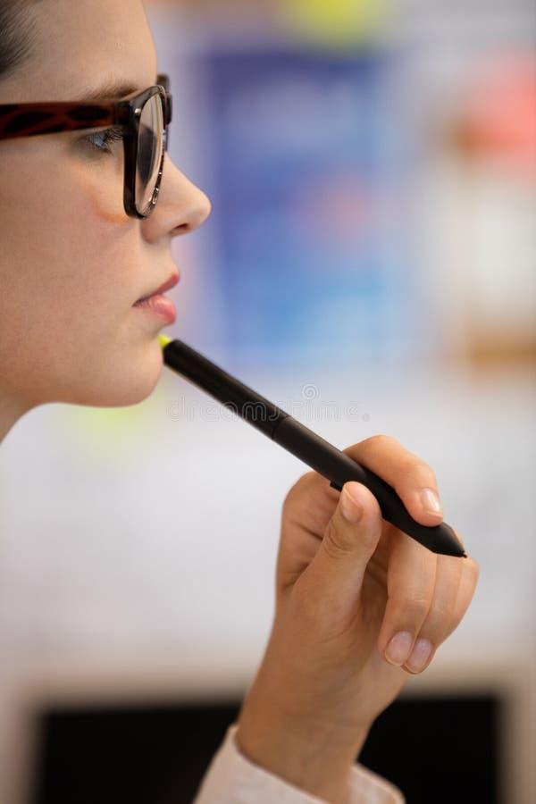 Zamyka up skoncentrowany bizneswoman obrazy stock