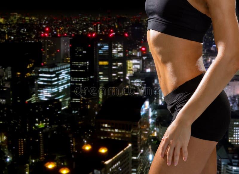 Zamyka up sportowy żeński abs w sportswear zdjęcie royalty free