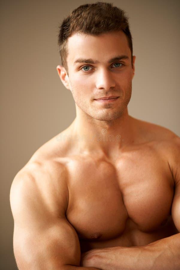 Zamyka up sporty mężczyzna z mięśniowymi rękami krzyżować obraz stock