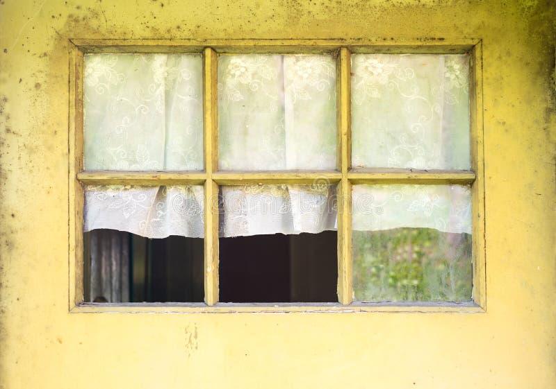 Zamyka up stara domowa drzwiowa nadokienna rama z łamanym szkłem i wi fotografia royalty free