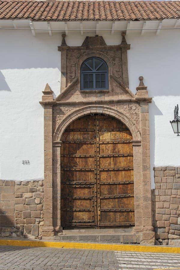 Zamyka up stara kościół katolicki fasada w Cuzco Peru obrazy royalty free