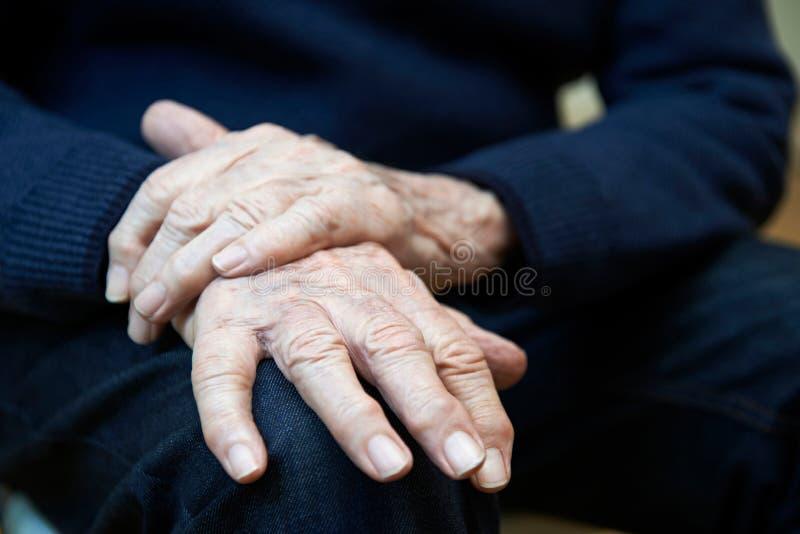 Zamyka Up Starszego mężczyzna cierpienie Z Parkinsons Diesease obraz royalty free