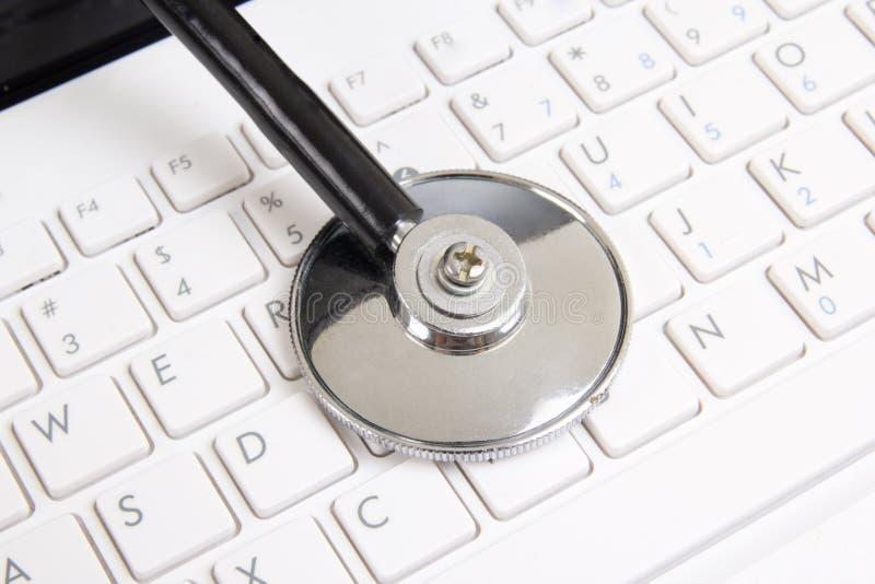 Zamyka up stetoskop na białej laptop klawiaturze obrazy stock
