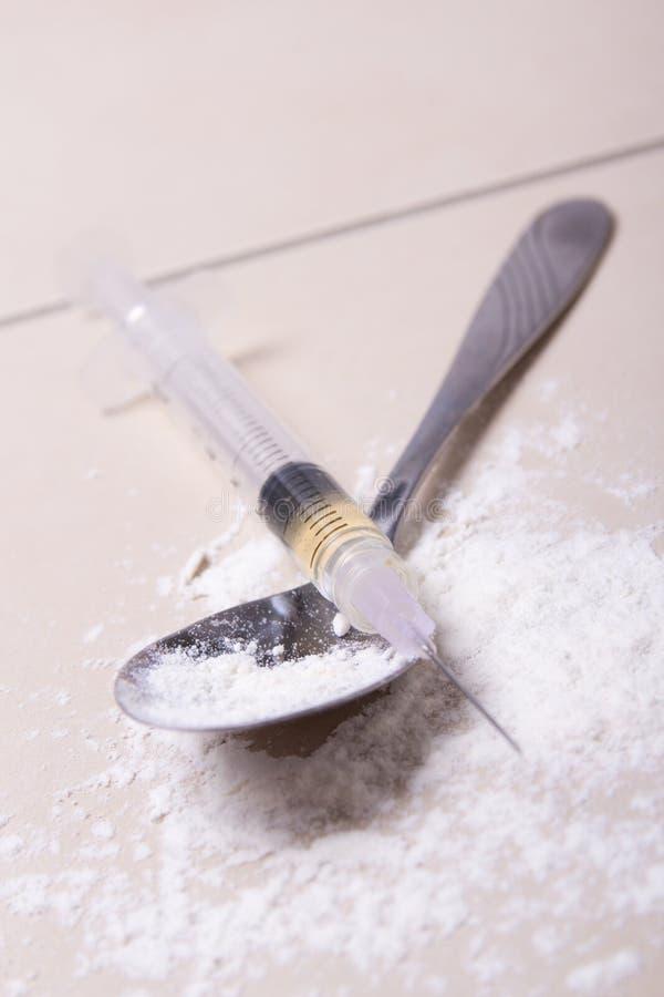 Zamyka up strzykawka z lek substancją, heroina proszkiem i łyżką, fotografia royalty free