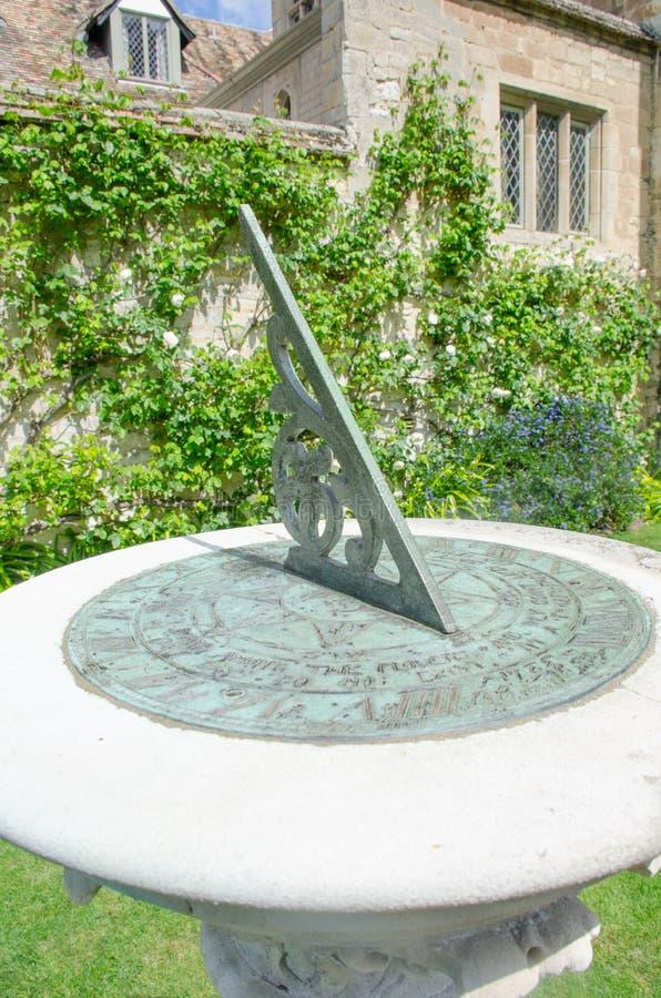 Zamyka up sundial z starym domem obrazy royalty free