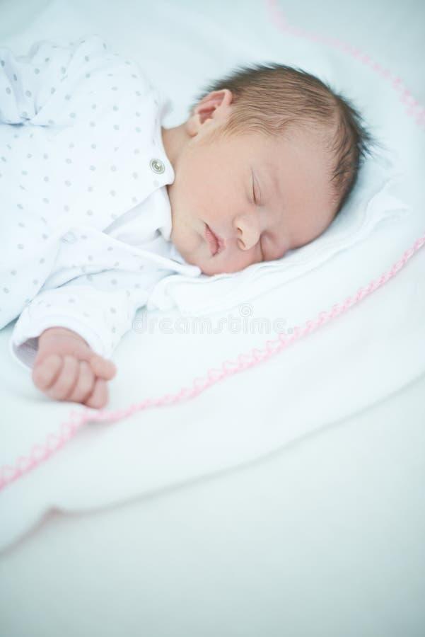 Zamyka up Sypialny dziecko na Białym łóżku fotografia stock