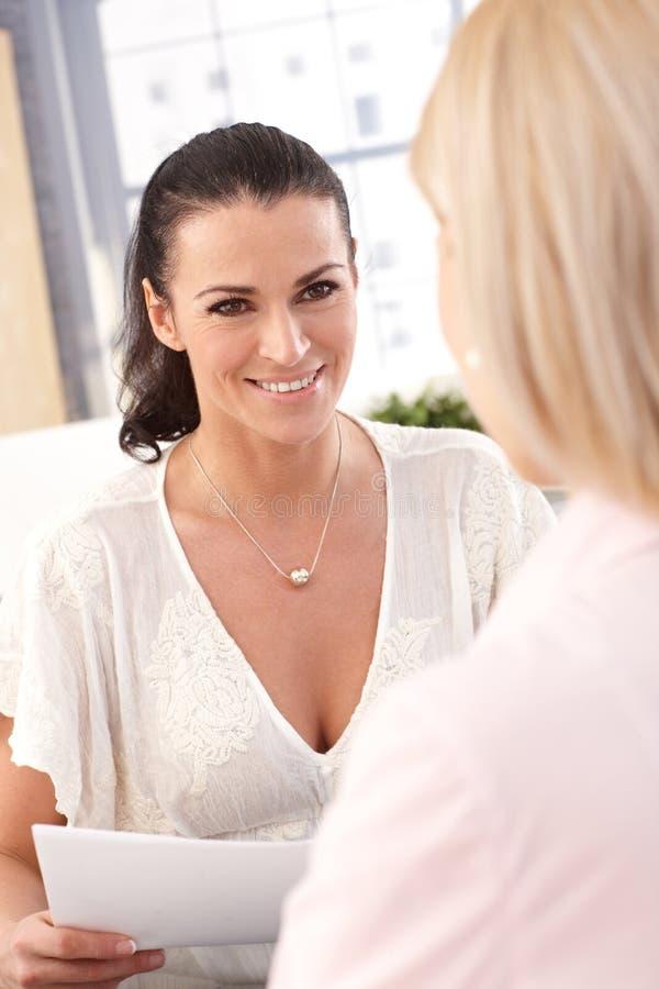 Zamyka up szczęśliwy żeński urzędnik z papierami zdjęcie royalty free