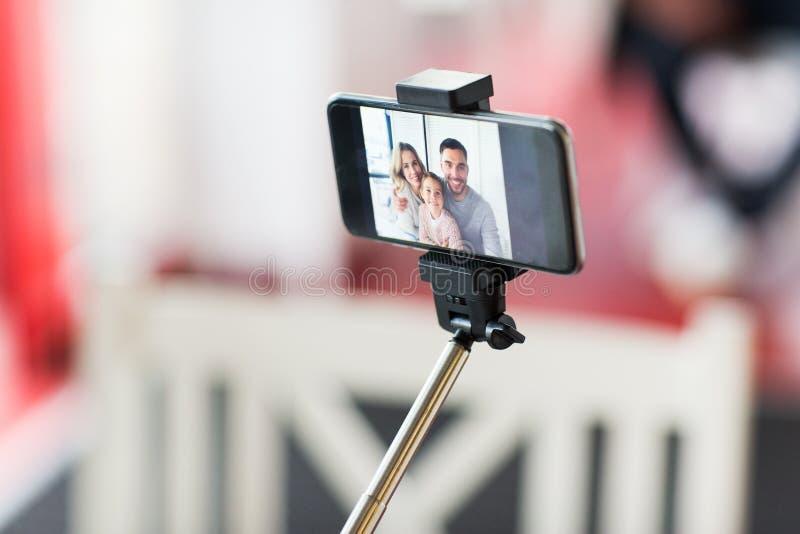 Zamyka up szczęśliwy rodzinny selfie na smartphone obrazy royalty free
