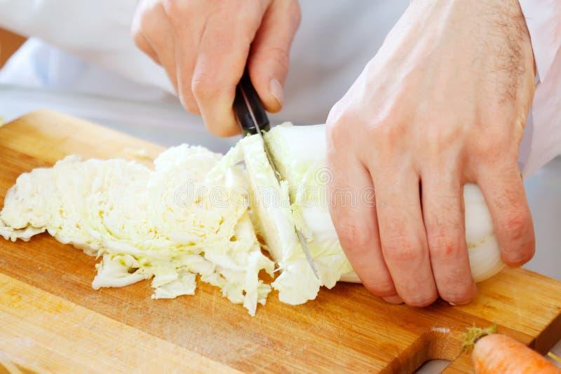 Zamyka up szef kuchni kulinarna sałata zdjęcie stock