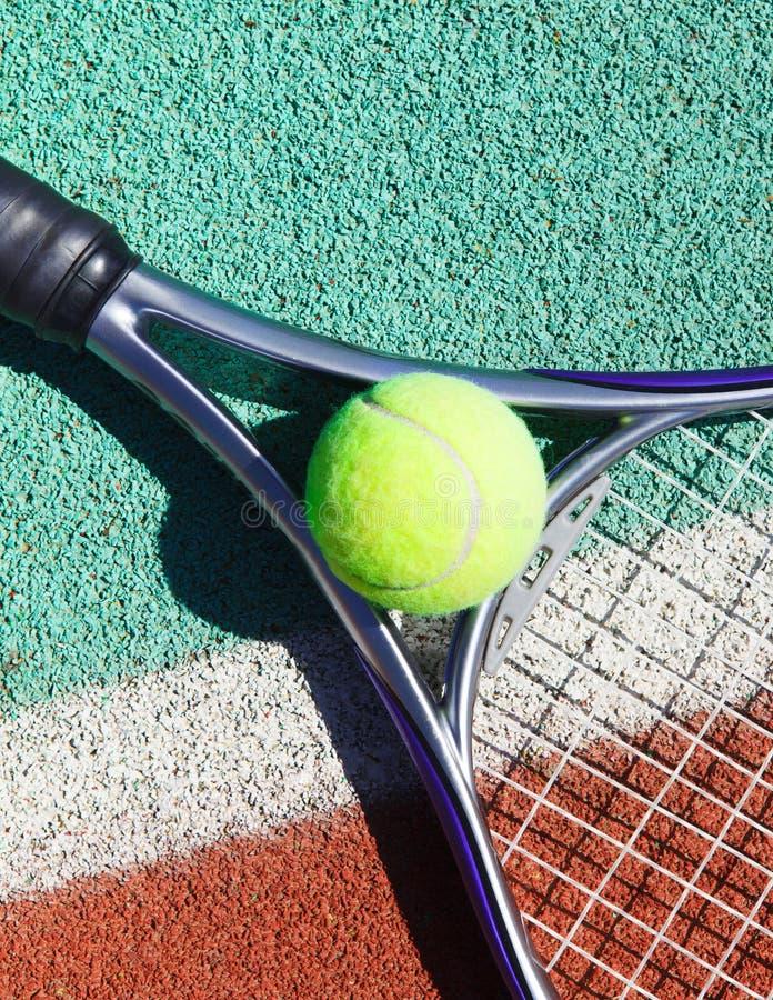 Zamyka up tenisowy racquet i piłka na tenisowym sądzie fotografia stock