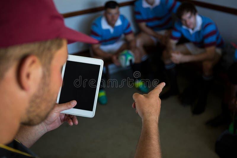 Zamyka up trener wyjaśnia rugby drużyny fotografia stock