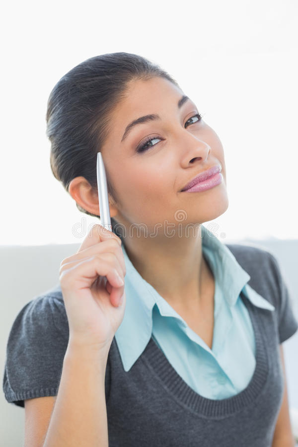 Zamyka up uśmiechnięty bizneswomanu mienia pióro fotografia royalty free
