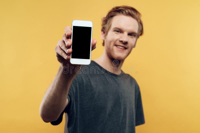 Zamyka up Uśmiechnięty mężczyzna Trzyma Smartphone fotografia stock