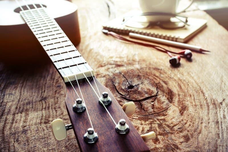 Zamyka up ukulele na starym drewnianym tle z miękkim światłem obrazy stock