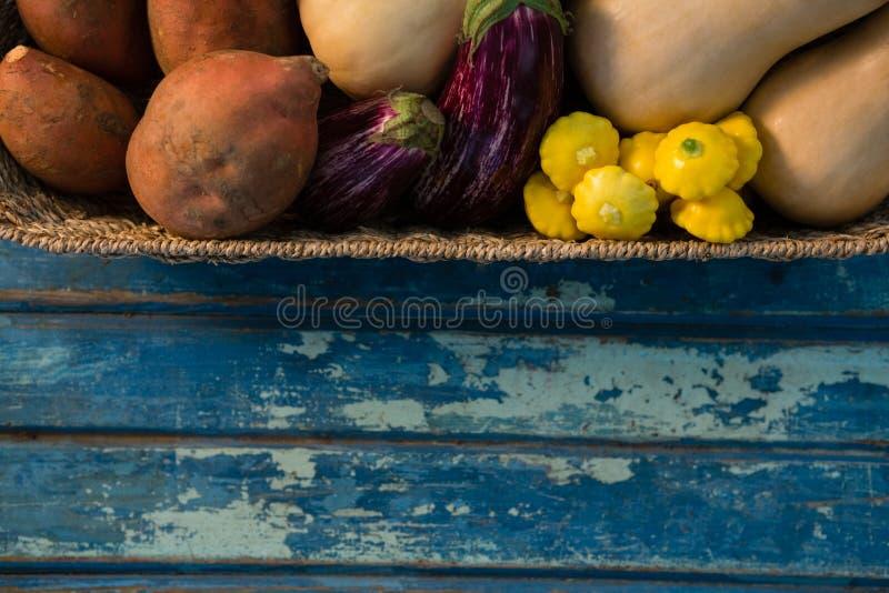 Zamyka up warzywa w łozinowym koszu obrazy royalty free