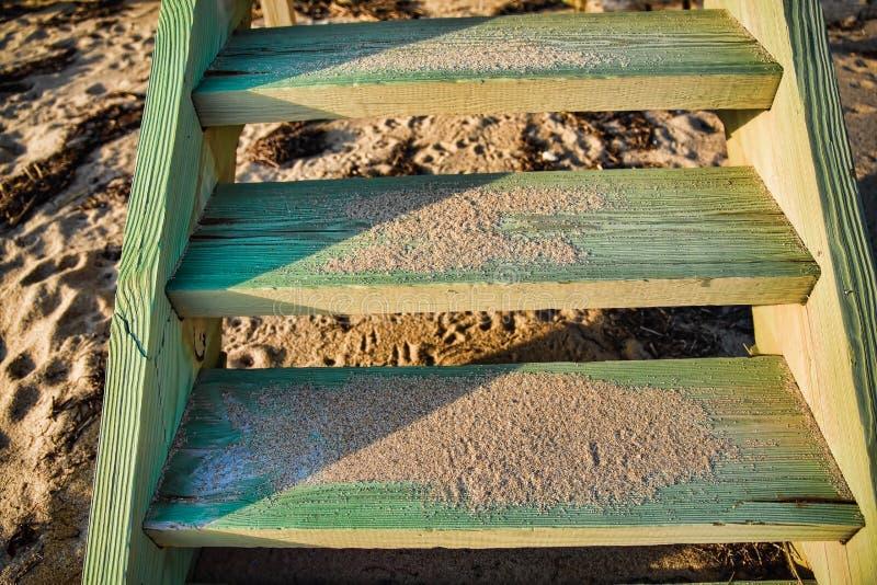 Zamyka up Wietrzeję i Piaskowatej plaży schodki zdjęcia stock