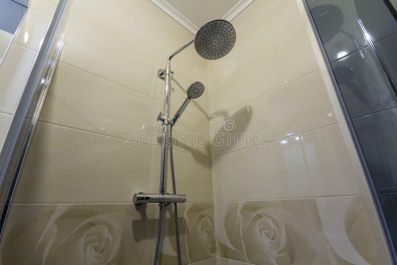 Zamyka up wnętrze nowa luksusowa nowożytna prysznic kabina z l obrazy stock