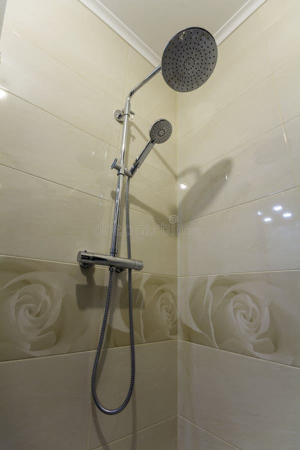 Zamyka up wnętrze nowa luksusowa nowożytna prysznic kabina z l zdjęcia stock