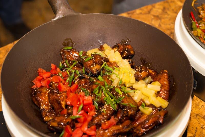 Zamyka up wok z świeżo gotującym kurczakiem zdjęcia stock