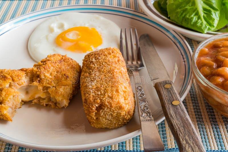 Zamyka up wyśmienicie domowej roboty croquettes i smażący jajko fotografia royalty free