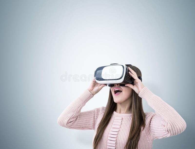Zamyka up zdumiewająca kobieta w VR szkłach obrazy royalty free